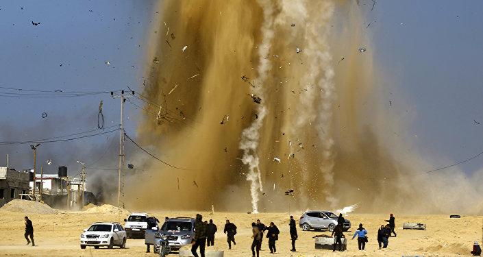 Hamas kontrolündeki Gazze'yi bombalayan İsrail uçaklarından kaçan Filistinliler