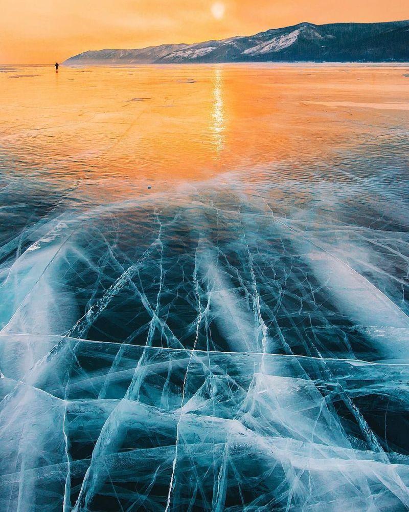Serin soğukta çatlaklar buzu ayrı alanlara kırıyor. Çatlakların uzunluğu 10-30 m, genişliği ise 2-3 m oluşturuyor.