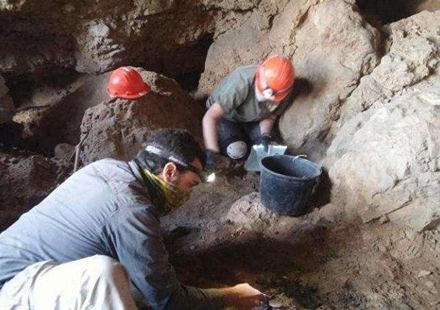 Ölü Deniz Parşömenleri'nin gizlendiği mağara