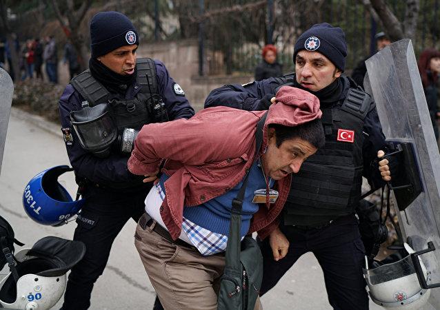 Mülkiye'ye girmeye çalışan akademisyenlere polis müdahale etti