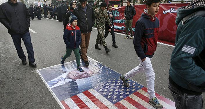 İran İslam Devrimi'nin 38. yıldönümü'nde ABD Başkanı Donald Trump'ın fotoğraflarına basıldı
