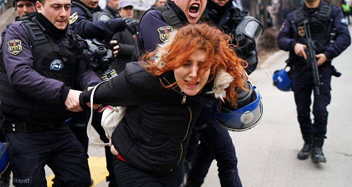 Polis Mülkiye'ye girmeye çalışan öğrenci ve akademisyenleri gözaltına aldı