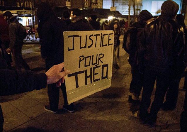 Fransa'da bir gencin polislerce coplu tecavüze uğraması protesto edildi