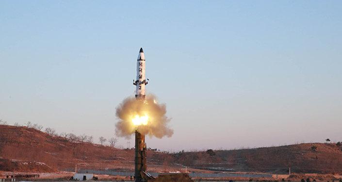 Kuzey Kore pazar günü Pukguksong-2 adlı orta-uzun menzilli balistik füzesini denedi.