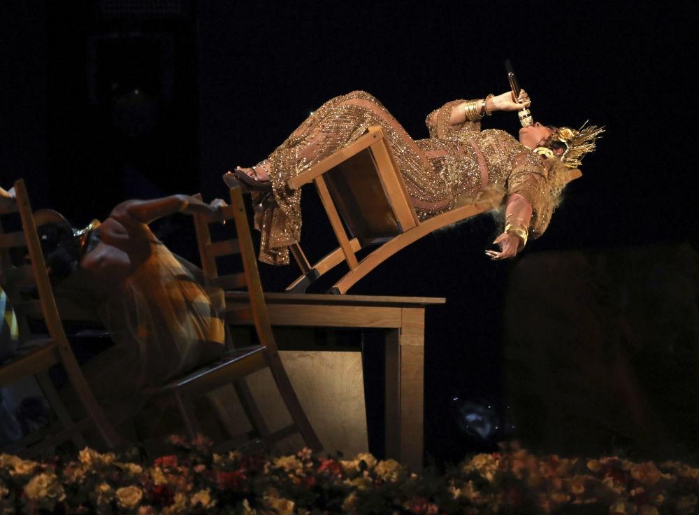 Grammy Ödülü Töreninde ödül alan ünlü şarkıcı Beyonce.