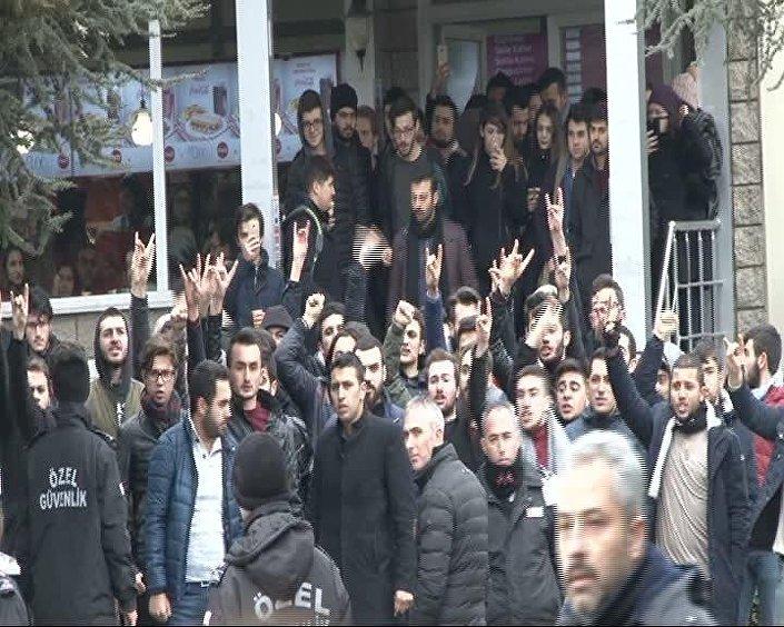 Eylemcilere saldıran grup üyelerinin bozkurt işareti yapması dikkat çekti