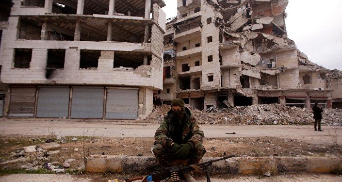Halep'te bir Suriye askeri zarar görmüş binaların önünde oturuyor