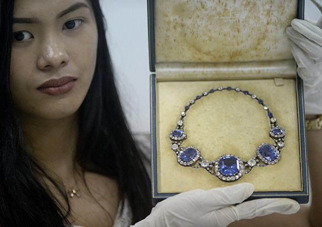 Filipinler diktatörü Ferdinand Marcos'un eşi Imelda Marcos'un el konulan mücevherlerinden biri