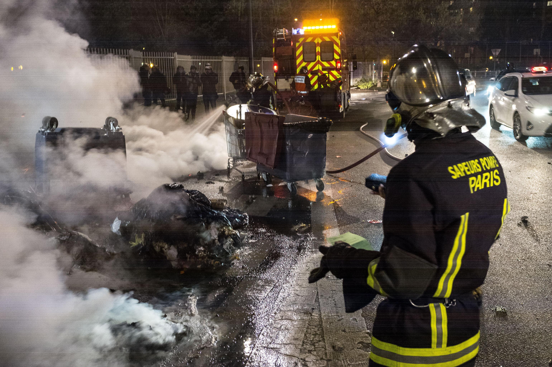 Paris'in Bobigny banliyösnde ateşe verilen çöp konteynerleri itfaiyeciler tarafından söndürülüyor