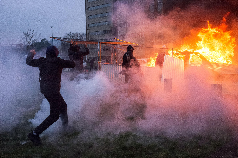 Fransa'nın başkenti Paris'İn Bobigny banliyösündeki protestolarda araçlar ateşe verildi