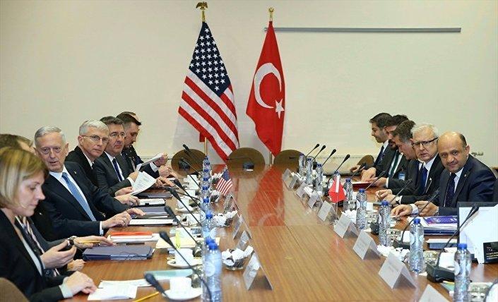 NATO Savunma Bakanları Toplantısı'na için Brüksel'de bulunan Milli Savunma Bakanı Fikri Işık, ABD'li mevkidaşı James Mattis görüştü.