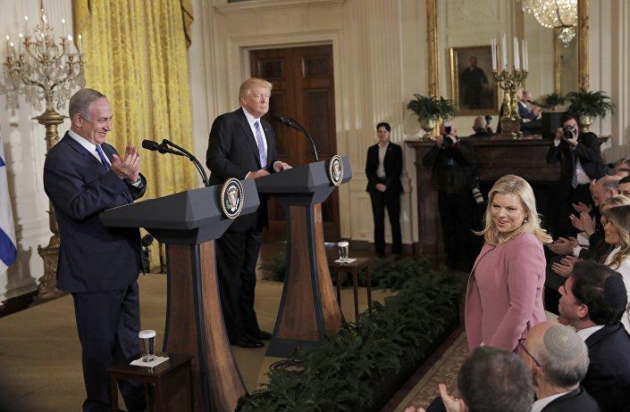 Sara Netanyahu ve Melania Trump, basın toplantısını en ön sıradan takip etti.