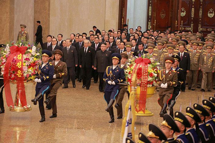Kuzey Kore lideri Kim Jong-un kardeşinin ölümünden sonraki ilk görüntüsünde üzgün görünüyor