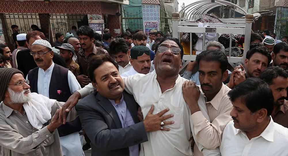 Pakistan'da Sufi alim Lal Şahbaz Kalender'in türbesindeki intihar saldırısında ölenler için cenaze töreni yapıldı