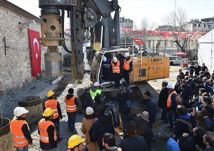 Topbaş beton kazıkların çatılması işinde kullanılan iş makinesini kullanarak ilk kazmayı vurdu.