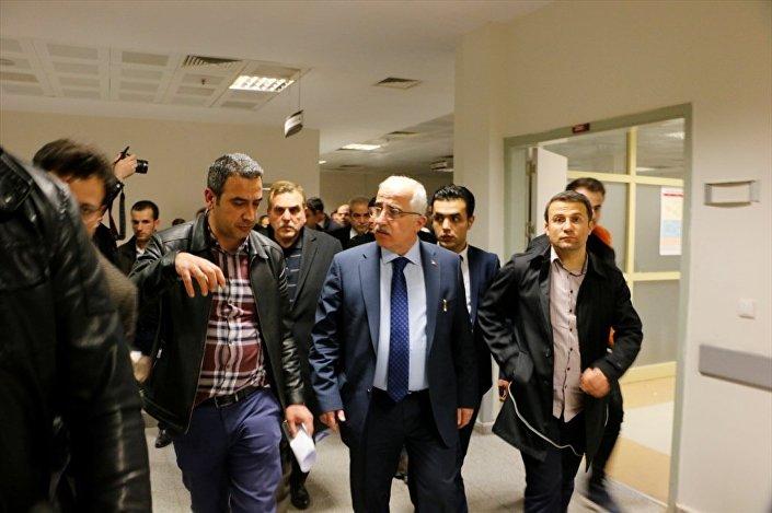 Şanlıurfa Valisi Güngör Azim Tuna, yaralıları tedavi gördükleri hastanede ziyaret etti.    Foto Muhabiri Halil Fidan