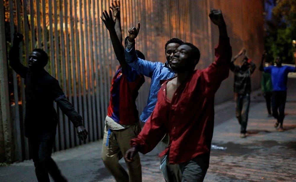 Afrikalı göçmenler 'zafer' çığlıklarıyla İspanya sınırını geçtiler