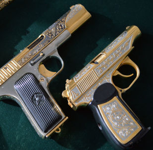 Zlatoust'taki silah fabrikasında üretilen hediyelik silah.