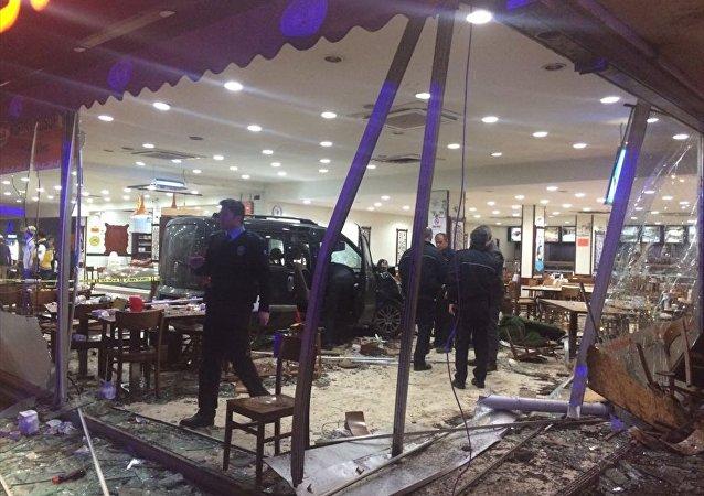 Bursa'da gasp ettiği araçla restorana girdi