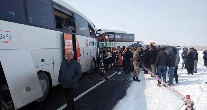 Metro Turizm otobüsü Iğdır'da başka bir firmanın otobüsü ile çarpıştı.