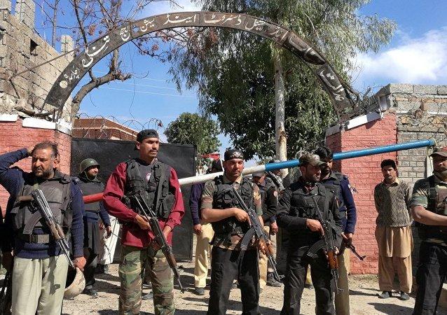 Pakistan polisi saldırının gerçekleştiği adliye binası önünde