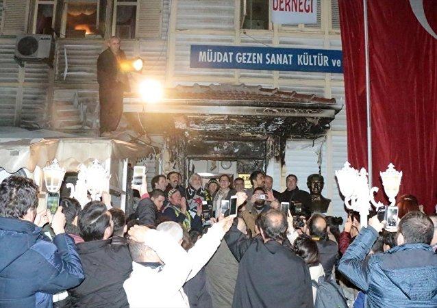Beşiktaşlı ve Fenerbahçeli bir grup taraftar, Müjdat Gezen Sanat Merkezi'ne (MGSM) yönelik saldırıyı protesto etti.
