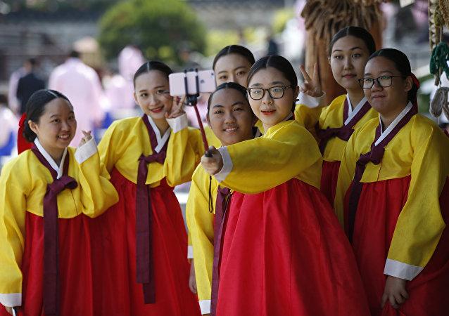 Güney Kore'nin başkenti Seul'de '20 Yaş Günü' kutlayan kadınlar