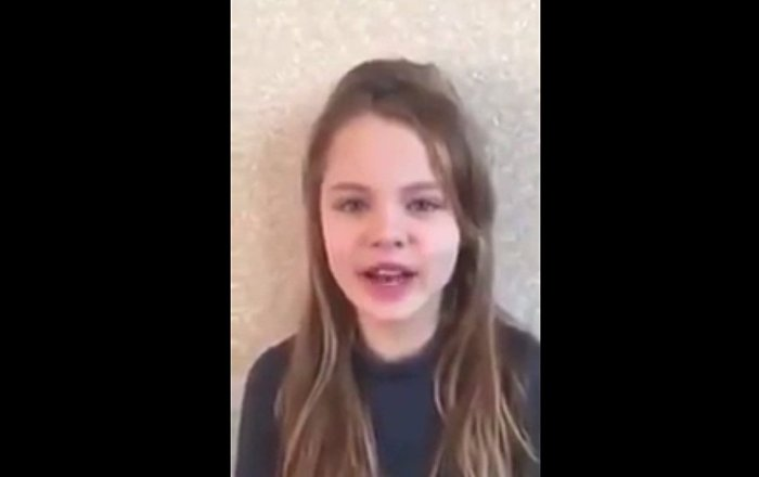 Kuran okuyan Ukraynalı küçük kız