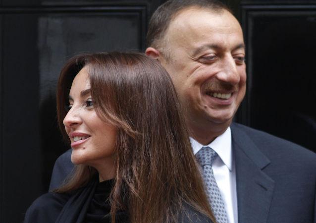 Azerbaycan Cumhurbaşkanı İlham Aliyev eşi Mehriban Aliyeva ile birlikte Downing Street'ta.