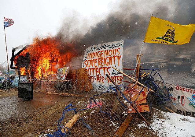 Dakota Boru Hattı'nı protesto eden eylemciler kampın boşaltılması nedeniyle baraka ve kulübelerini yaktı
