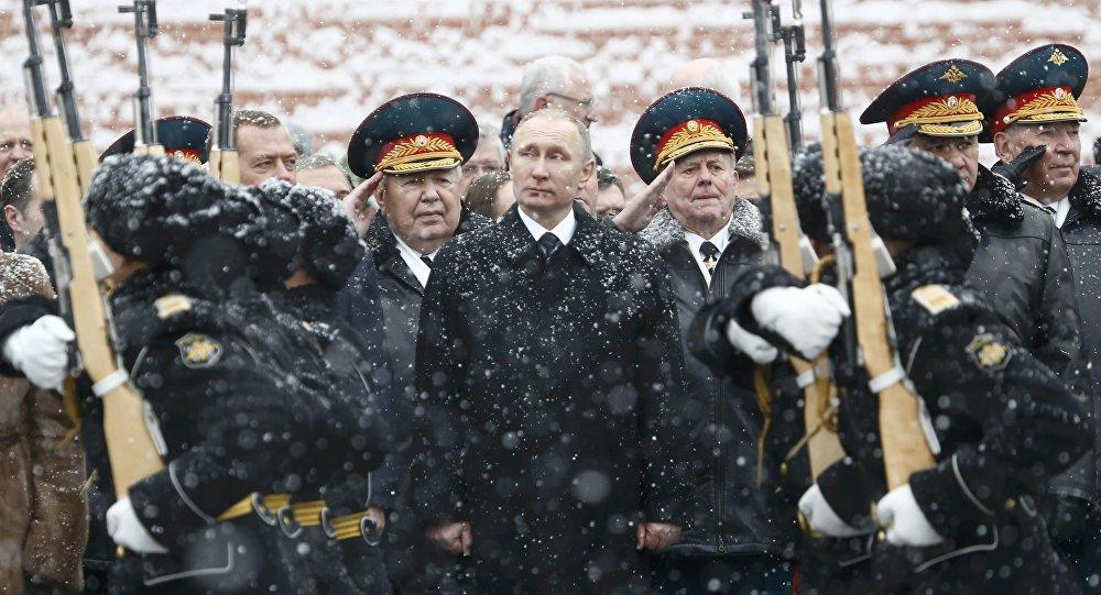 Vladimir Putin, Moskova'daki Vatan Savunucuları Günü kutlamalarına katıldı.