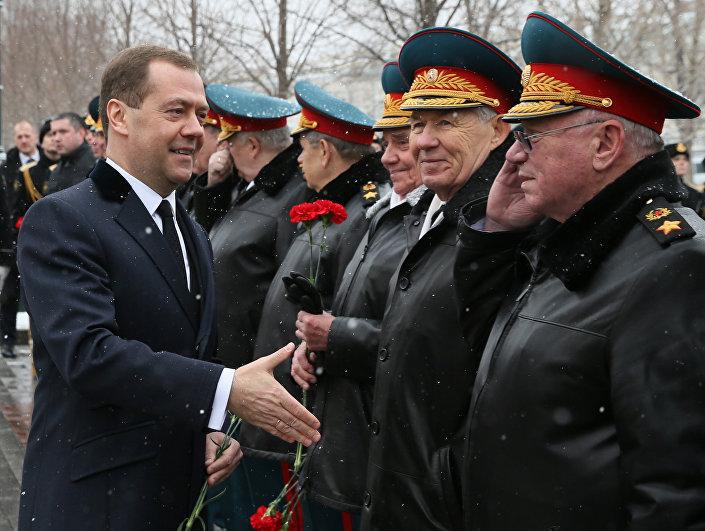 Rusya Başbakanı Dimitriy Medvedev de Moskova'da Vatan Savunucuları Günü kutlamalarına katıldı