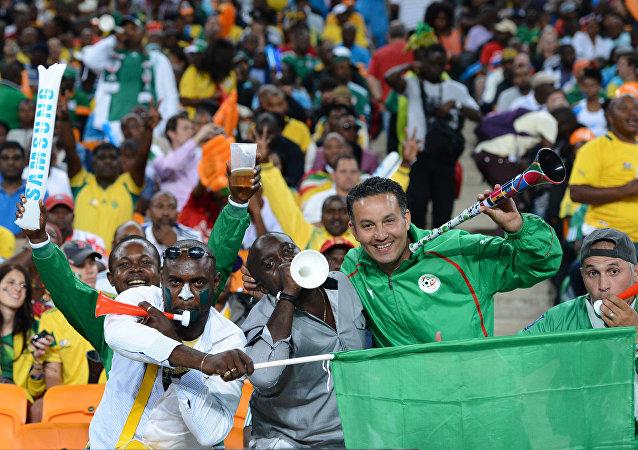 Vuvuzela çalan futbol taraftarları
