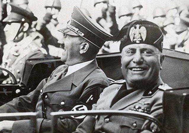 Adolf Hitler ve Benito Mussolini