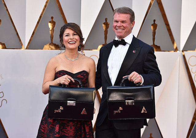 Brian Cullinan (sağda) ve Martha Ruiz bu seneki Oscar töreninde kazanan isimlerin yer aldığı zarflardan sorumluydu