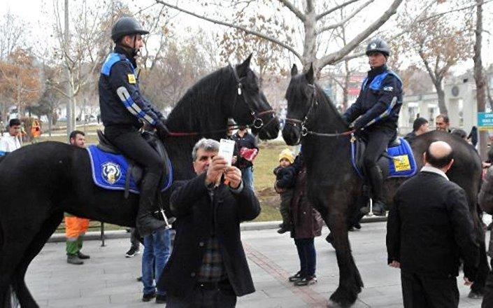 Atların etrafında toplanan vatandaşlar selfie ve hatıra fotoğrafı çekti.