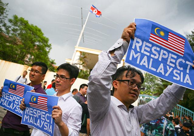 Kuala Lumpur'daki Kuzey Kore büyükelçiliği önünde Malezyalı protestocular
