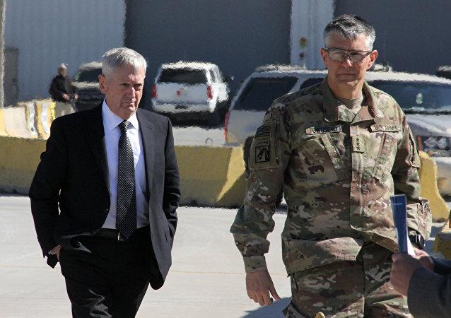 Korgeneral Stephen Townsend (sağda) ve ABD Savunma Bakanı James Mattis (solda)