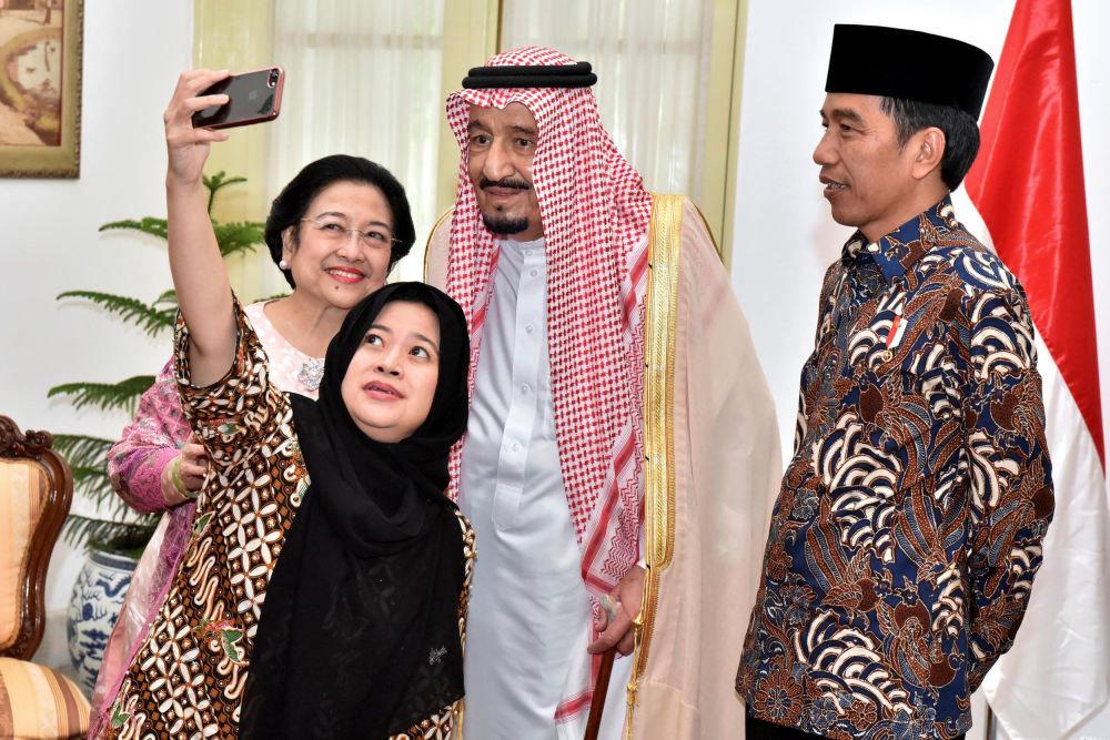 Suudi Arabistan Kralı Selman, Endonezya'nın başkenti Cakarta'da, Endonezya Devlet Başkanı Joko Widodo, eski Devlet Başkanı Megawati Sukarnoputri ve kızı Puan Maharani ile birlikte.