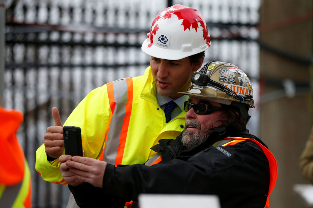 Kanada Başbakanı Justin Trudeau, Ontario'da bir işçiyle.