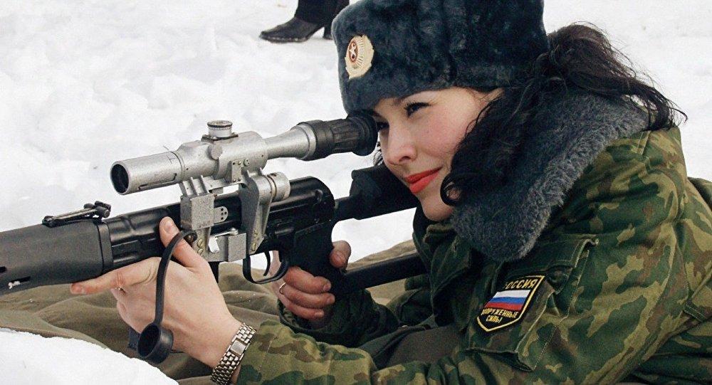 Rus ordusu mensubu bir kadın asker