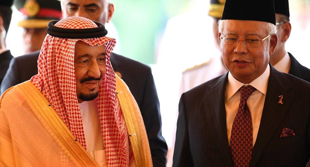 Suudi Arabistan Kralı Selman Abdülaziz el Suud ve Malezya Başbakanı Necib Rezzak