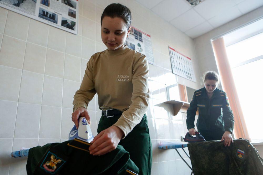 St Petersburg Askeri Uzay Akademisi'nin kız öğrencileri