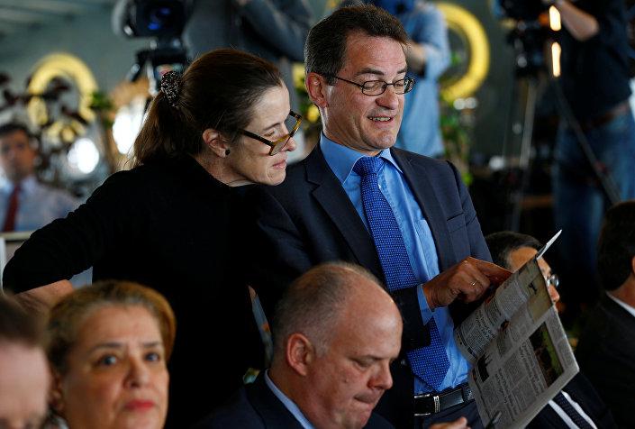 Toplantıya katılan Almanya Başkonsolosu Georg Wilhelm Birgelen'in neşeli şekilde elindeki Hurriyet Daily News'ü İngiltere Başkonsolosu Judith Slater'a gösterdiği anlar Reuters objektifine yansıdı. Gazetenin manşetinde Cumhurbaşkanı Recep Tayyip Erdoğan'ın Almanya'ya yönelik sözleri vardı.