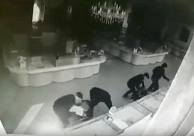 Rusya'da film gibi soygun anı kameraya yansıdı