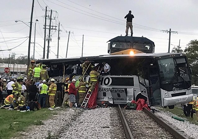 ABD'de yük treni yolcu otobüsüne çarptı