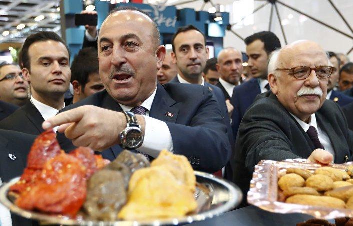 Çavuşoğlu ile Kültür ve Turizm Bakanı Nabi Avcı, Berlin'deki turizm fuarında Türk yemeklerini tanıttı.