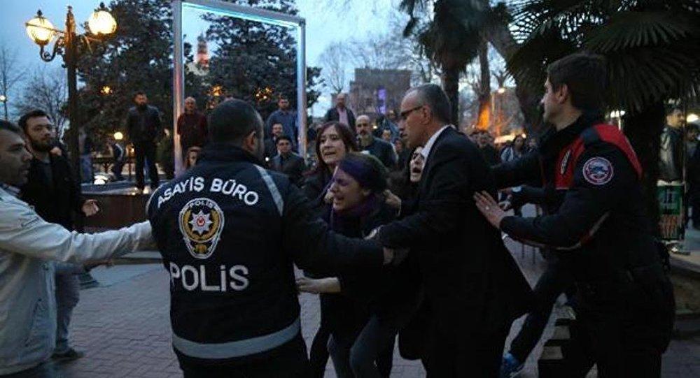 İzmit'te yürümek isteyen kadınlar gözaltına alındı