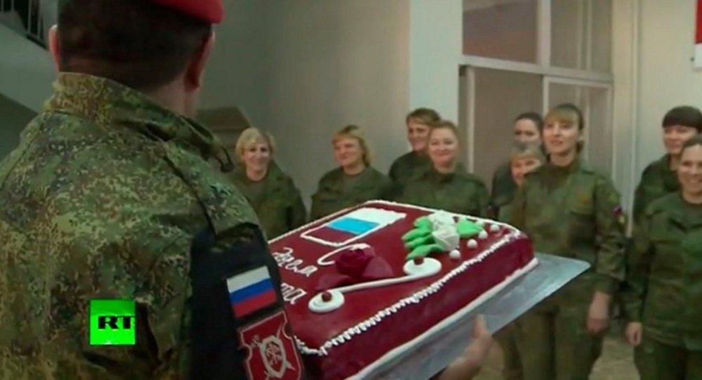 Suriye'deki Rus kadın askerlerin 8 Mart kutlaması