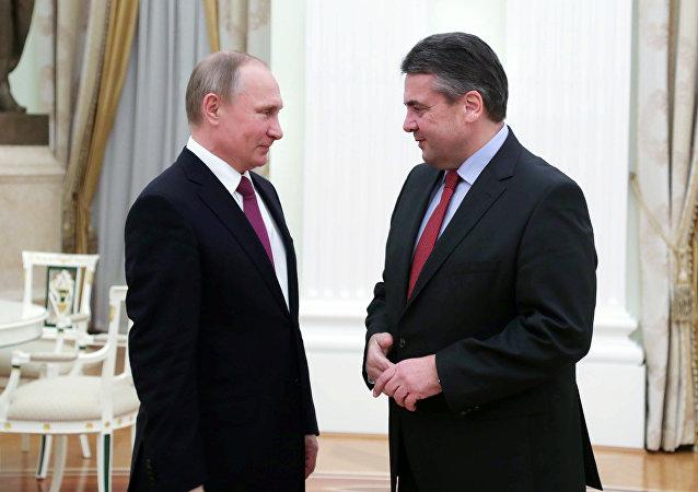 Rusya Devlet Başkanı Vladimir Putin ve Almanya Dışişleri Bakanı Sigmar Gabriel